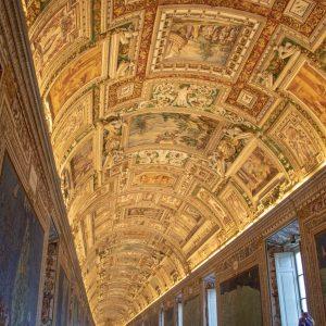 Zdobný strop v křídle velkých tapiserií